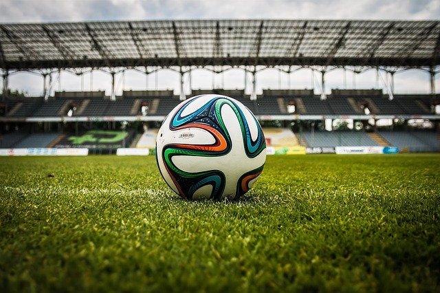 Piłka do piłki nożnej – jak wybrać najlepszą i na co zwrócić uwagę przed zakupem?
